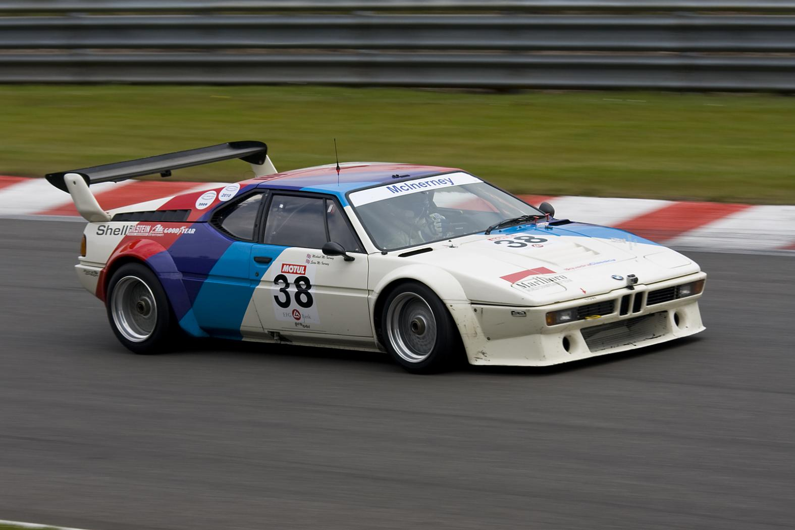 BMW-M1-sur-circuit.jpeg