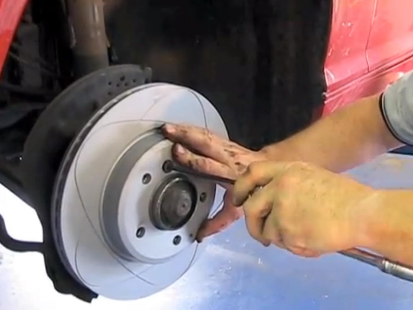 DIY-Remplacement-des-disques-et-plaquettes-de-freins-de-la-Serie-3-E90-7.jpeg