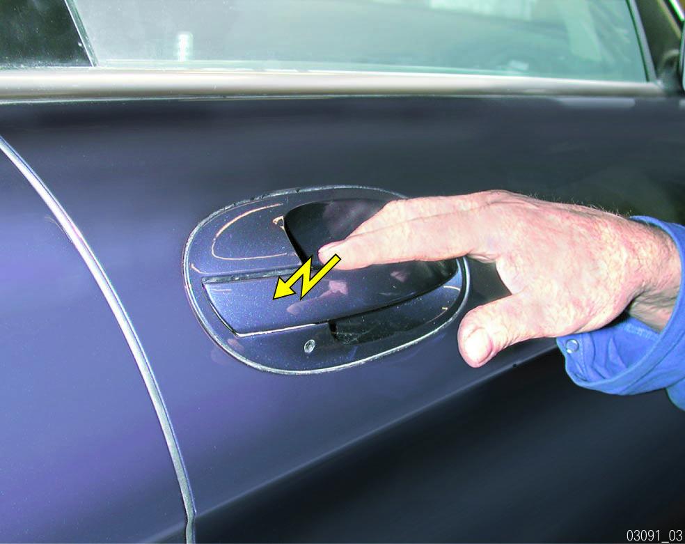Decharge-electrique-au-contact-de-la-voiture.jpg
