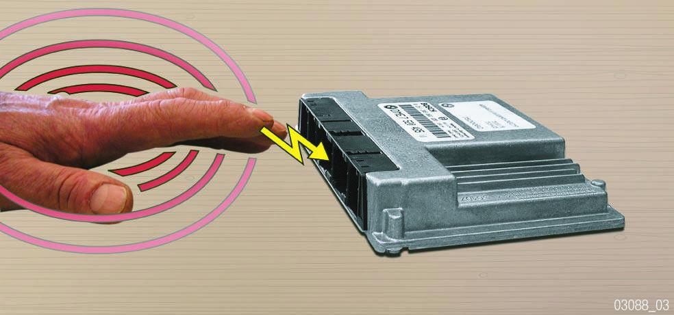 Decharge-electrique-d-une-personne-dans-un-composant.jpg
