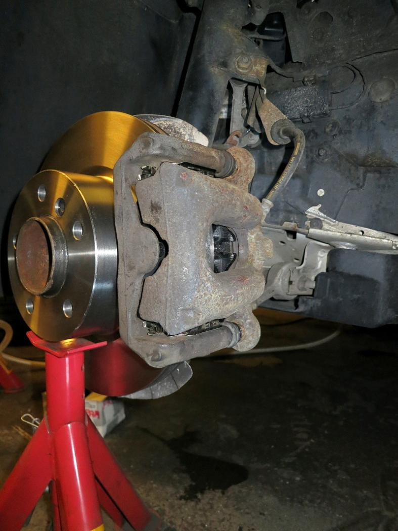 Tuto-remplacement-des-disques-et-plaquettes-de-freins-de-la-BMW-Serie-1-E87-2.jpeg