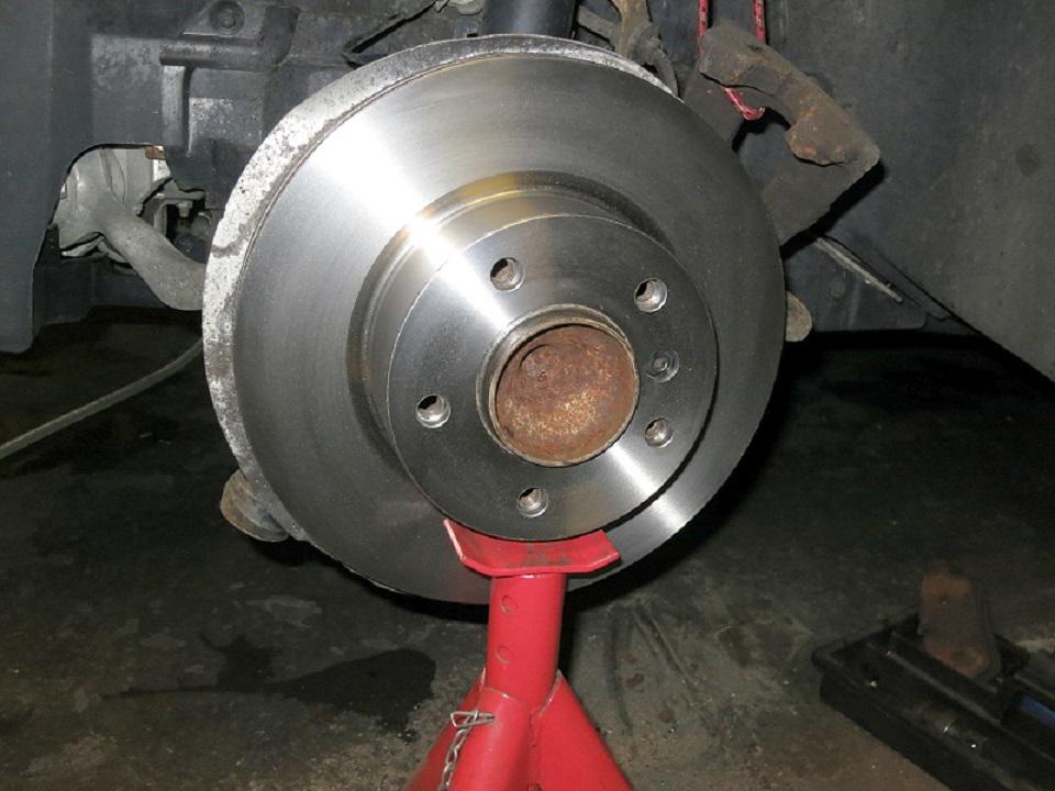 Tuto-remplacement-des-disques-et-plaquettes-de-freins-de-la-BMW-Serie-1-E87-5.jpg