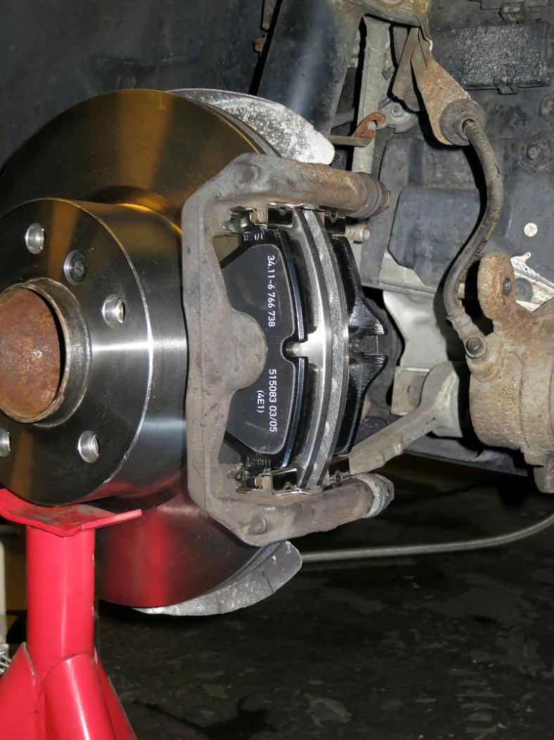 Tuto-remplacement-des-disques-et-plaquettes-de-freins-de-la-BMW-Serie-1-E87-6.jpeg