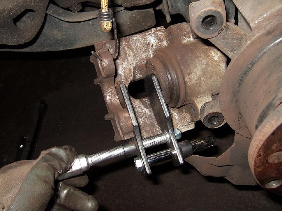 Tuto-remplacement-des-disques-et-plaquettes-de-freins-de-la-BMW-Serie-1-E87-7.jpg